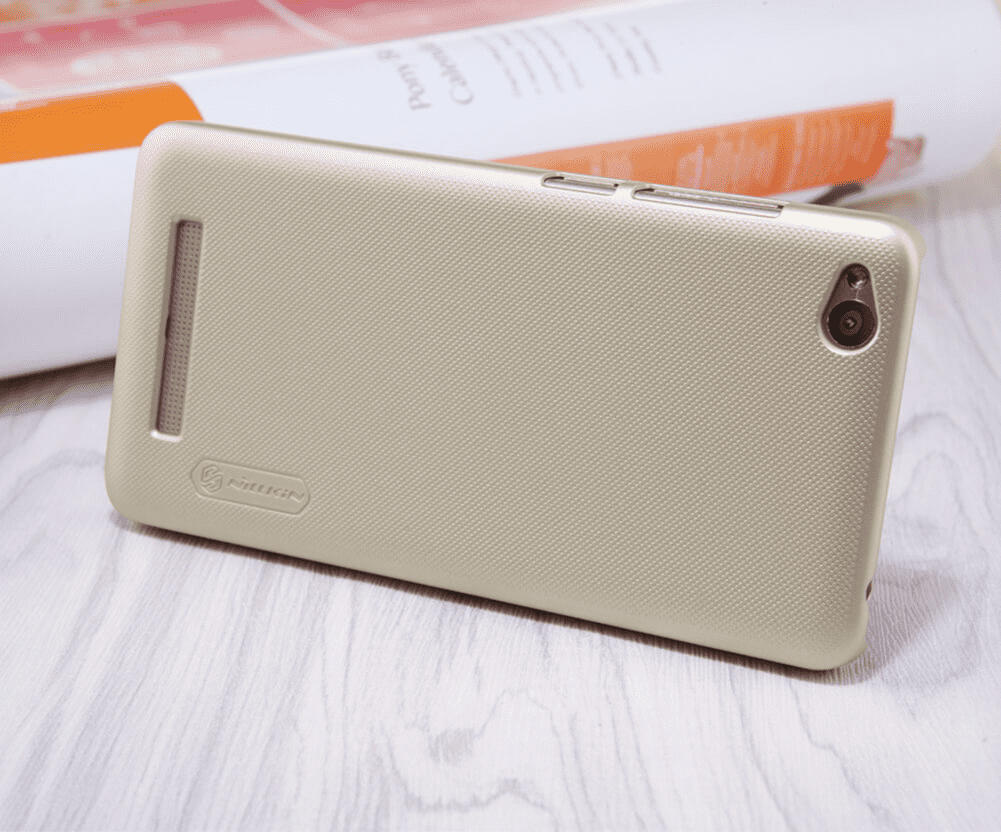 Смартфон Xiaomi Redmi 4A в чехле Nillkin Super Frosted Shield